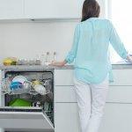 Vieš, čo nepatrí do umývačky riadu? Toto tam určite nepchaj!